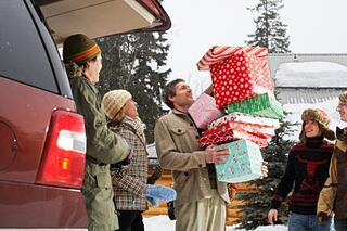Family_packing_gifts_into_car